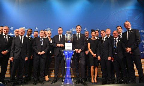 Die deutsche Delegation mit EM-Pokal. Foto: Soeren Stache, dpa