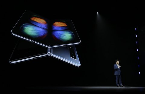 DJ Koh, Chef von Samsungs Mobilfunksparte, präsentiert das faltbare Smartphone Galaxy Fold. Foto: Eric Risberg, AP/dpa