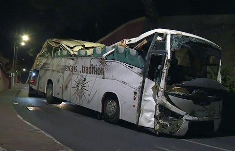 Der verunglückte Reisebus bei der Bergung. Foto:SIC/AP/dpa