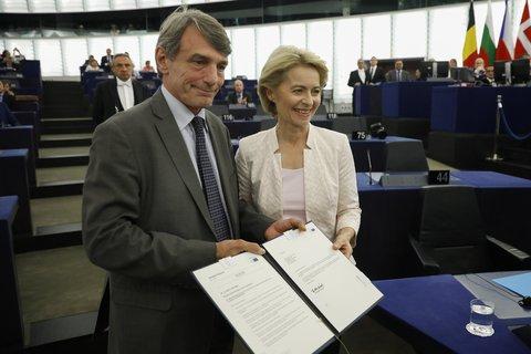 David Sassoli (l.), EU- Parlamentspräsident, gratuliert Ursula von der Leyen nach der Bekanntgabe der Wahlergebnisse im Plenarsaal.Foto:Jean-Francois Badias, AP/dpa