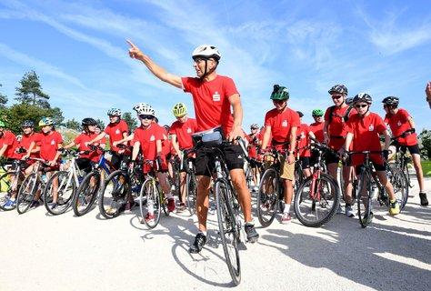 Der ehemalige Radrennfahrer Ortwin Czarnowski (M.) startet in Heilbronn mit den Schülern zu einer über 700 Kilometer langen Fahrradtour. Foto: Bernd Weißbrod, dpa