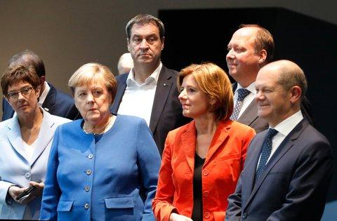 CDU-Vorsitzende Annegret Kramp-Karrenbauer, Angela Merkel, Bayerns Ministerpräsident Markus Söder, Malu Dreyer, Kanzleramtsminister Helge Braun und Finanzminister Olaf Scholz (v.l.n.r) posieren nach der Pressenkonferenz für ein Gruppenbild für die Fotografen. Foto: Axel Schmidt, dpa