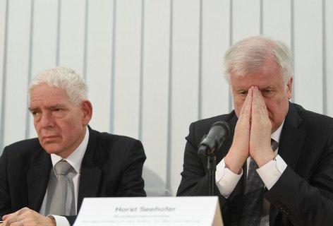 Josef Schuster (l.), Präsident des Zentralrats der Juden und Horst Seehofer, Bundesinnenminister, bei der Pressekonferenz zum Stand der Ermittlungen. Foto:Hendrik Schmidt/dpa