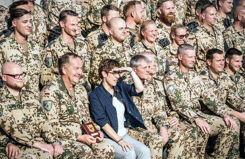 VerteidigungsministerinAnnegret Kramp-Karrenbauer bei einem Truppenbesuch in Erbil. Foto: Michael Kappeler/dpa