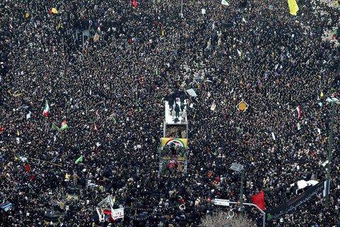 Trauerzug in Maschhad. Foto:Mohammad Hossein Thaghi/Tasnim News Agency/AP/dpa