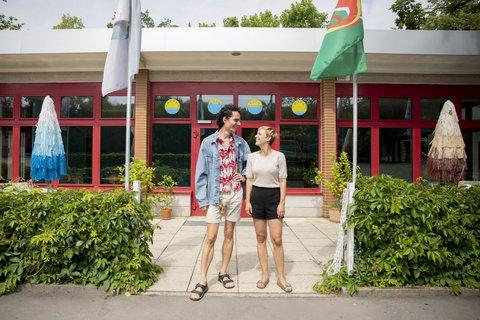 Nele Heinevetter und der Musiker und Grafiker Ziemowit Nowak vor ihrem Imbiss. Foto:Christoph Soeder/dpa