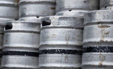 Gestapelte Fässer mit Bier in der St. James's Gate Guinness-Brauerei. Foto: Niall Carson/PA/dpa