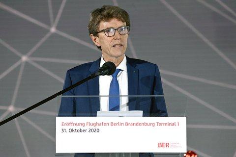 Flughafenchef Engelbert Lütke-Daldrup, der übrigens heute Geburtstag hat, während seiner Rede bei der Eröffnungszeremonie. Foto: Tobias Schmidt/dpa