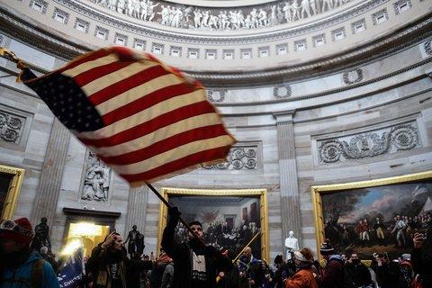 Anhänger von Donald Trump im Inneren des Gebäudes. Foto:Miguel Juarez Lugo/ZUMA/dpa