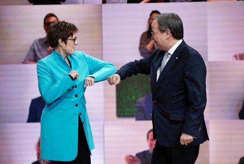 Der neue Parteivorsitzende Armin Laschet nimmt die Glückwünsche seiner Vorgängerin Annegret Kramp-Karrenbauer entgegen. Foto: Michael Kappeler/dpa