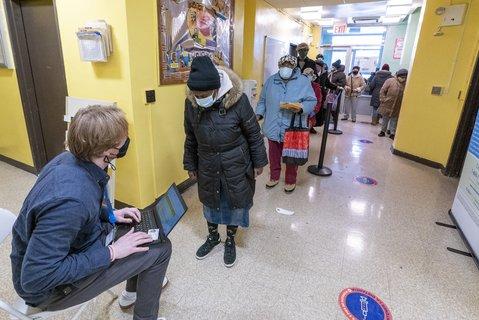 Registrierung in einem Impfzentrum im New Yorker Stadtteil Brooklyn. Foto:Mary Altaffer/Pool, AP/dpa