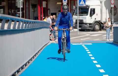 Boris Palmer fährt mit seinem Fahrrad über die beheizbare Radbrücke, die er kurz zuvor eröffnet hat. Foto:Christoph Schmidt/dpa