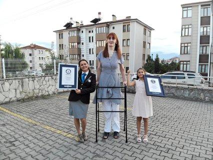 Rumeysa Gelgi (M) ist die größte Frau der Welt. Foto: Guinness World Records/PA Media/dpa
